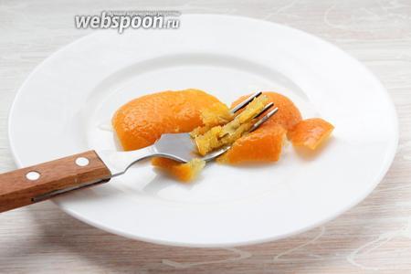 Проверяем готовность апельсиновых корок — без усилий раздавливаем вилкой или пальцами.