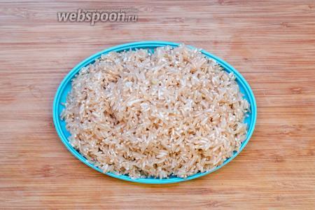 Как только наш бульон начал закипать, то сливаем воду с риса и кладём его в бульон к рыбе. Будет пена — её нужно снимать.