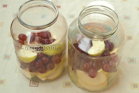 Простерилизовать банки над паром и разложить в них подготовленные фрукты.