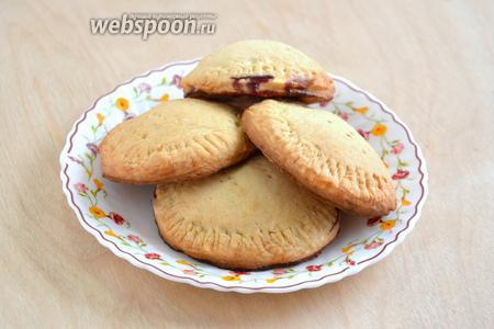 Выпекайте пирожки до тех пор, пока они не станут золотисто-коричневыми. Затем достаньте их из духовки,  остудите и подавайте вместе с чаем, кофе или молоком. Приятного аппетита!