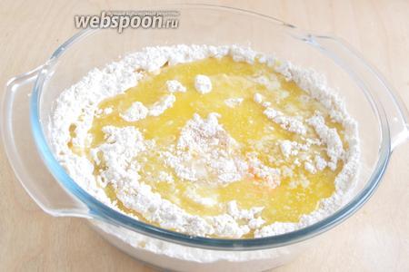 Растопите сливочное масло, остудите его до 35-40°С и добавьте к остальным ингредиентам в миску.