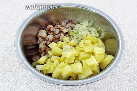 Соединить картофель, сельдь и репчатый лук, слегка посолить.