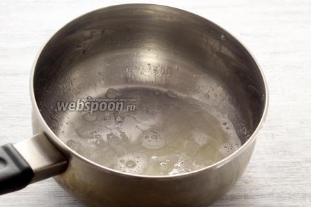 Прогреваем до жидкого состояния гранулы желатина, сразу же снимаем с огня.