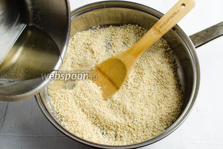 Добавить к орехам сироп.