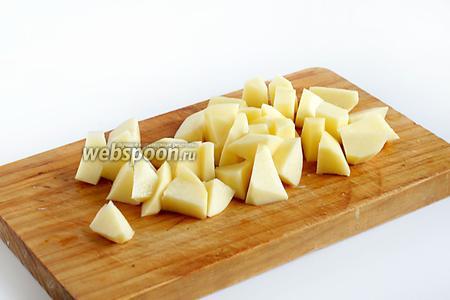Картофель нарезать не очень мелко, крупнее, чем обычно в суп.