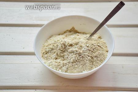 Смешать сухие ингредиенты в отдельной посуде — оба вида муки, разрыхлитель и соль.