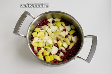 В кастрюлю поместите яблоки, клюкву и имбирь, очищенный от шкурки и натёртый на мелкой тёрке.