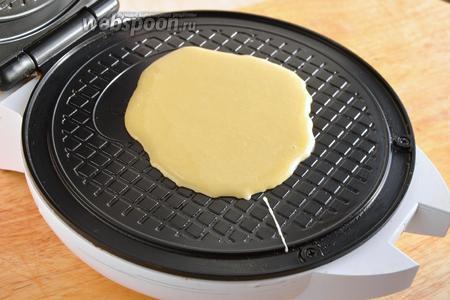 Разогрейте электровафельницу и приступайте к выпечке вафель, каждый раз наливая по небольшой порцие теста.