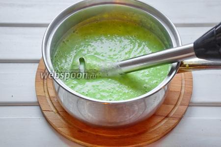 Пюрировать суп блендером.