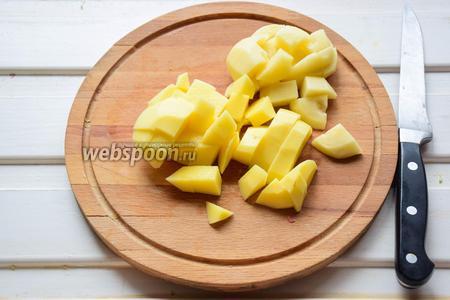 Картофель почистить, нарезать произвольным кубиком.