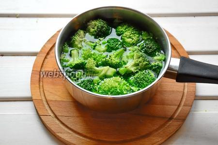Зелёный горошек и брокколи опустить в кипящую воду и бланшировать несколько минут. Слитую воду сохранить, а овощи окатить ледяной водой, чтобы сохранить цвет.