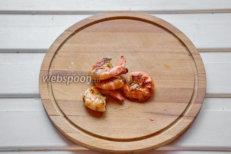 Креветки отварить в воде и, если любите рыбный бульон, то можно его добавить к отварным овощам. Второй вариант — креветки можно обжарить 2 минуты с каждой стороны в сковороде.
