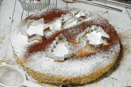 Кладём на торт любые формочки и обсыпаем какао и пудрой.