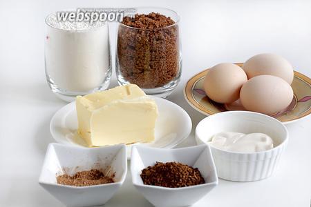 Для приготовления ароматного кекса возьмём все продукты комнатной температуры: яйца, коричневый сахар (количество белого можно уменьшить, хоть в рецепте брали 1,5 стакана), муку (я тоже её уменьшила), корицу, кофе (брала по своему вкусу), майонез, масло, разрыхлитель.