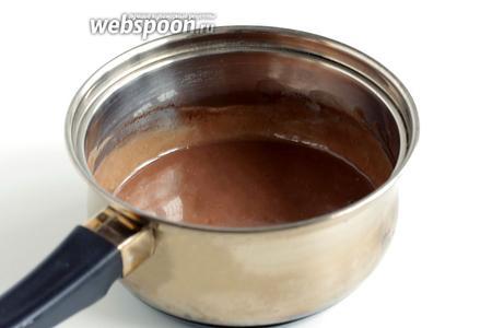 Размешивая, дождаться полного растворения шоколада. Остудить и лишь затем добавить сметану. Хорошенько всё размешать. Соус готов.