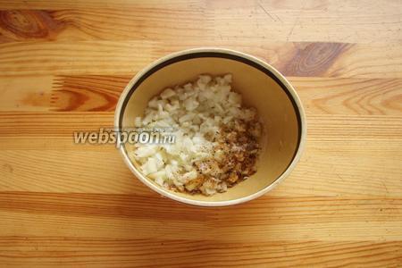 Итак для начала мелко нарезаем лук и чеснок, добавляем соль и специи, перемешиваем и оставляем в сторонке.