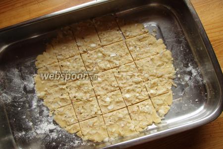 Ну и в самом конце распределяем поверху луковую начинку, вдавливая её в тесто. И разрезаем наш песочный пласт на квадратики. Отправляем в духовку на 180 градусов на 30-35 минут. Выпекаем до золотистого цвета и лукового аромата.
