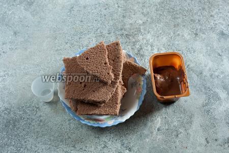 Для изготовления самих кейкпопсов я брала 190 г остатков шоколадного бисквита (1 корж из 3, содержащихся в упаковке), 80 г молочного шоколада (тоже остатки от другого рецепта) и порядка 2 столовых ложек кипятка (его количество зависит от сухости бисквита).