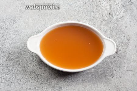 Ланспик рекомендуется делать из консоме. В качестве желирующего вещества в XIX веке использовали не желатин, а рыбий клей. Чего нет, того нет. Так что берём на 1 лист желатина больше, чем положено на тот объём бульона, который вы собираетесь желатинировать. Желатин размягчаем и растворяем по руководству на упаковке, потом в тёплый желатин вливаем холодный бульон. Это единственный шанс приготовить оливье по Александровой за 2 часа. Если бульон горячий, начинайте сильно заранее. Заливаем всё это дело в широкую, плоскую миску или тарелку, из которой потом можно будет порезать кубики парой движений. Да и застывает оно так быстрее. Ставим ланспик в холодильник. За 2 часа должен успеть. Если у вас нет варёной картошки и жареного рябчика — займитесь их приготовлением сразу после того, как разобрались с ланспиком.