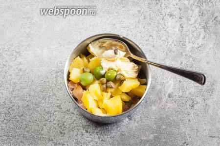 Огурец режется какими-то произвольными кусочками, все ингредиенты, кроме листьев салата и раков, соединяются. Чёрная точечка на майонезе — это соя кабуль.