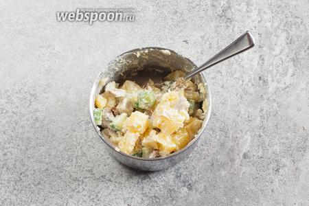 Салат смешивается и убирается в холодильник (к ланспику). За 1 час, даже если картошка была свежесваренной, а рябчик свежепожаренным, это дело должно остыть.