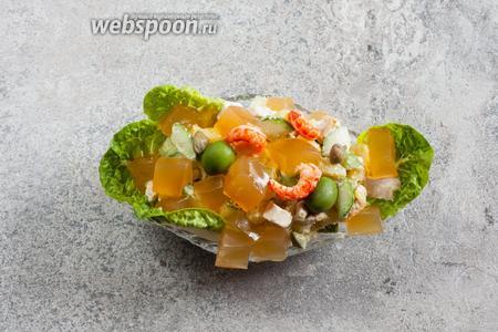 Ну и это… сервируем в хрустальной вазе, украсив листьями салата, раковыми шейками и кубиками ланспика. Обратите внимание, традиция сервировать оливье в хрустальных вазах (и хранить салат в холодильнике до подачи), можно сказать, пережила века!