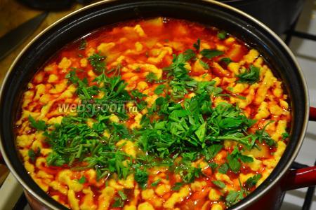 Добавить в суп измельчённую петрушку, накрыть крышкой, выключить огонь и дать супу настояться около 30 минут. Суп ещё вкуснее на следующий день, но, думаю, никто не будет столько ждать.)))