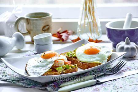 Тосты с авокадо, креветками и жареными яйцами