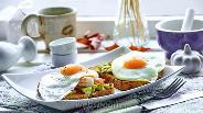 Фото рецепта Тосты с авокадо, креветками и жареными яйцами