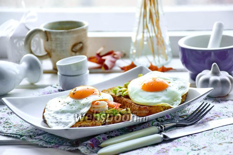 Фото Тосты с авокадо, креветками и жареными яйцами