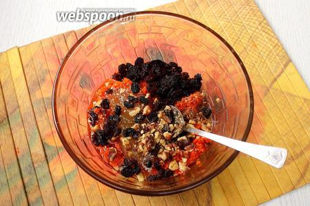 К моркови добавляем горсть изюма, 2 столовые ложки мёда, 2 столовые ложки измельчённых орехов и 60 мл растительного масло.