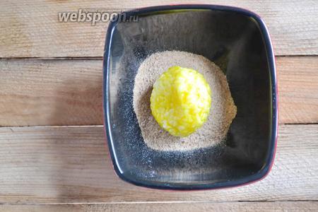 После яичной заправки выкладываем шарик в сухари.