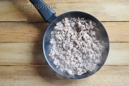 Фарш выкладываем на разогретую сковороду и, периодически помешивая, доводим до готовности.