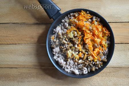 Соединяем в 1 посудине подготовленный фарш, овощи и грибы.