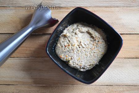 С помощью блендера доводим всё до состояния паштета. Доводим до вкуса солью, душистым перцем.