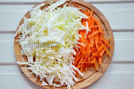 Капусту и морковь также нарезать тонкими полосками. Для моркови отлично подойдёт тёрка для моркови по-корейски. Капусту и морковь «пожмякать» руками, чтобы овощи дали сок и стали более мягкими.