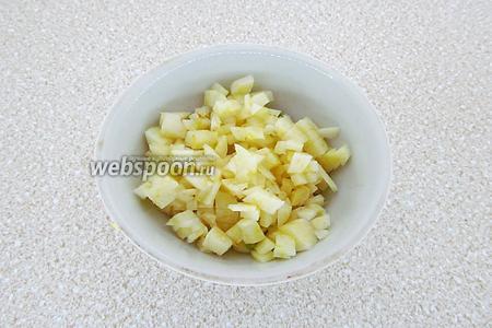Дольки чеснока очистить от сухой оболочки и очень мелко нарезать.