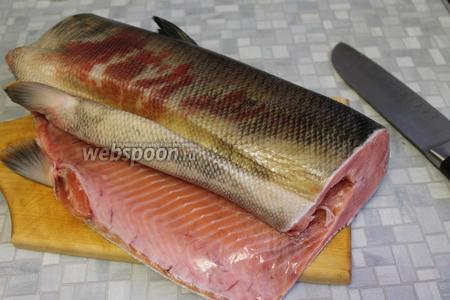 У меня была большая рыба, у которой я отрезала верхнюю часть и хвост. Тушку разрезала пополам, 1 часть посолила, как обычно солю красную рыбу, вторую же — по новому рецепту.
