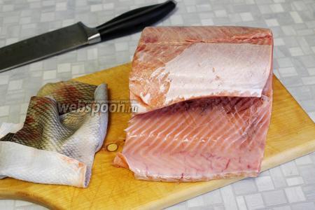 С рыбы снять кожу, поэтому она не должна совсем размёрзнуться, важно не упустить момент.