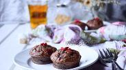 Фото рецепта Маффины-брауни с арахисом, малиной и годжи