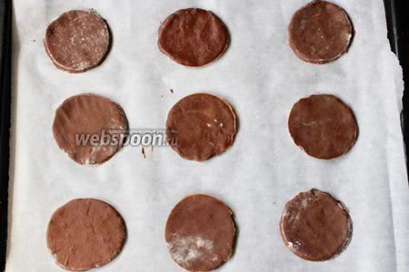 Раскатываем шоколадное тесто. Вырезаем из теста круги.