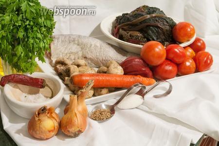 Для приготовления хека на подушке нам понадобится: грибы, рыба, соль, специи, сахар, помидоры, перцы, морковь, лук, мангольд, масло.