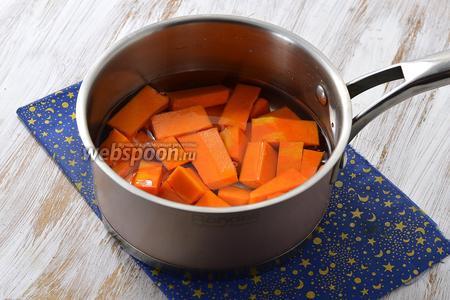В кастрюле соединить тыкву и воду. Довести до кипения и проварить на медленном огне под крышкой до готовности. На это уходит приблизительно 10-12 минут (зависит от сорта тыквы).