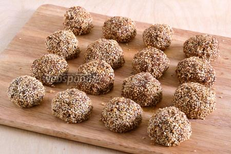Из конфетной массы скатайте около 20 небольших шариков и обваляйте их в кунжуте. Уберите в холодильник. Через несколько часов конфеты из нута будут готовы. Приятного аппетита!