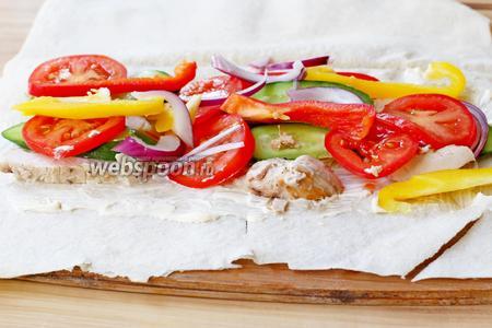 Лаваш разрезать пополам, получится 4 порции лаваша. Каждый лист лаваша, по центру в середине, смазываем йогуртом, смешанным с чесноком через пресс, сверху выложить шпинат, овощи и курицу. Присолить и приправить по вкусу.