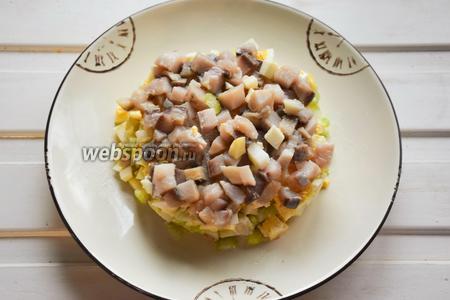 Аккуратно снимаем кольцо (у меня, как видно, аккуратно не получилось:)) и подаём салат на стол!