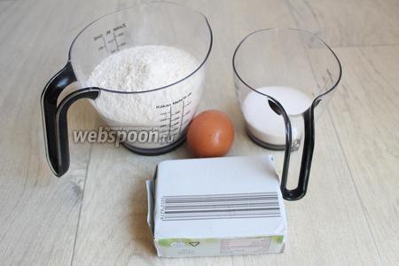 Итак, нам нужна мука, масло, сахар, яйцо. Если вы любите сладкие печеньки, возьмите сахара больше. Соду берём на кончиике ножа. Можно заменить на разрыхлитель.