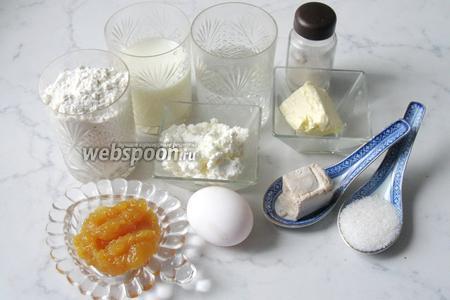 Для приготовления булочек с творогом, повидлом и штрейзелем потребуются такие продукты: молоко, вода, дрожжи свежие, соль, сахар, масло сливочное, мука, яйцо, творог, повидло.