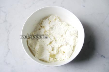 Приготовить начинку. Выложить творог в миску, добавить сахар и перемешать.