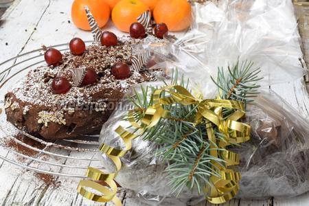 Сервируем штоллен, либо хорошо упаковываем в пищевую плёнку и храним в холодном, тёмном месте для вызревания. Весёлого Рождества!